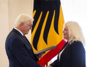 Andrea Vogt-Bolm schüttelt Franz-Walter Steinmeier die Hand